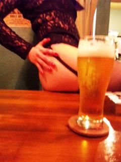 夕樹七瀬のセクシーヒップとビール